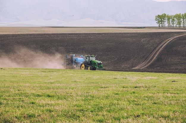 Agrarische oogstmachine reist over het gebied van modern werk