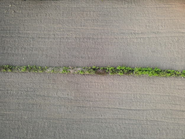 Agrarische percelen met verschillende rijen rijen patroon in een geploegd veld voorbereid voor het planten van gewassen