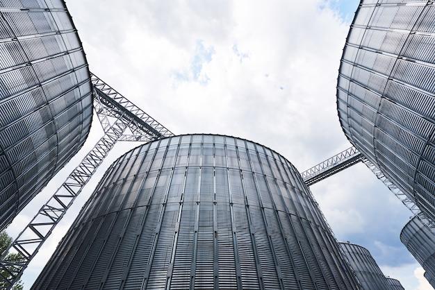 Agrarische silo's. buitenkant van het gebouw.