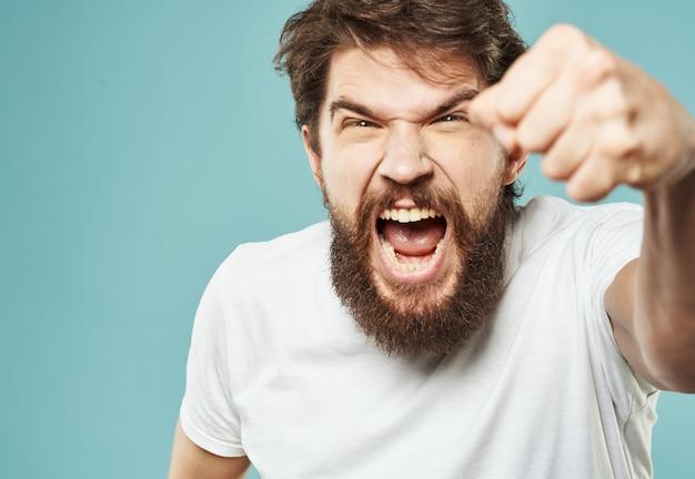 Agressie stress man met een baard emoties verontwaardigd blik vuist