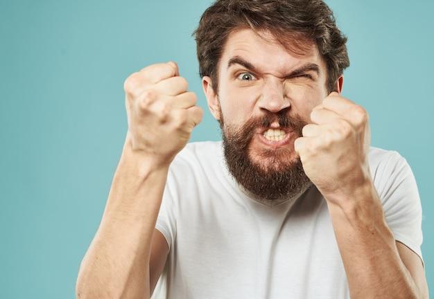 Agressie stress man met een baard emoties verontwaardigd blik vuist.