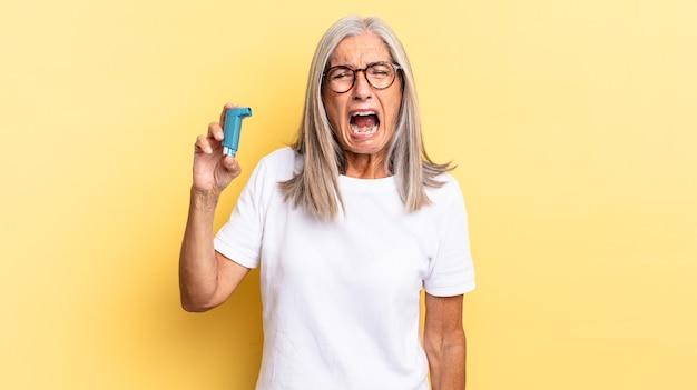 Agressief schreeuwen, erg boos, gefrustreerd, verontwaardigd of geïrriteerd kijken, nee schreeuwen. astma concept