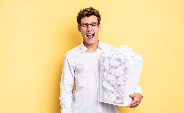 Agressief schreeuwen, erg boos, gefrustreerd, verontwaardigd of geïrriteerd kijken, nee schreeuwen. prullenbak papier concept