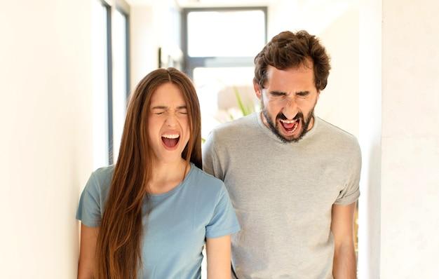 Agressief schreeuwen, erg boos, gefrustreerd, verontwaardigd of geïrriteerd kijken, nee schreeuwen