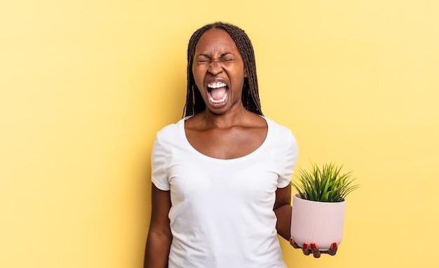 Agressief schreeuwen, erg boos, gefrustreerd, verontwaardigd of geïrriteerd kijken, schreeuwen zonder een plantpot vast te houden