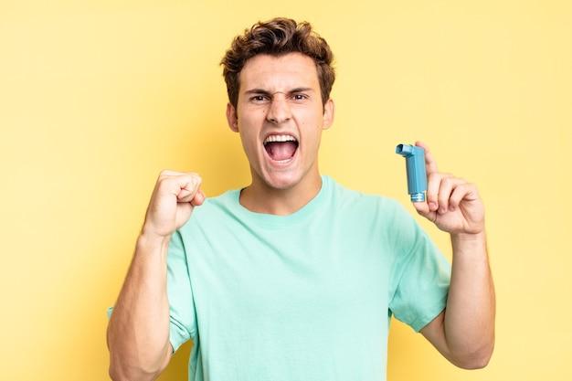 Agressief schreeuwen met een boze uitdrukking of met gebalde vuisten om succes te vieren. astma concept