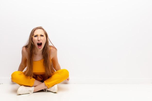 Agressief schreeuwend, erg boos, gefrustreerd, verontwaardigd of geïrriteerd kijkend, nee schreeuwend