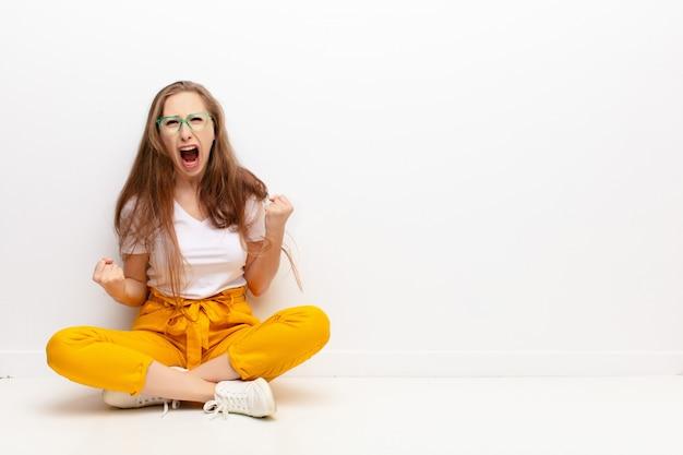 Agressief schreeuwend met een boze uitdrukking of met gebalde vuisten om succes te vieren