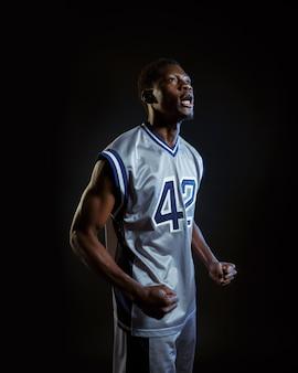 Agressieve basketbalspeler poses. professionele mannelijke baller in sportkleding die sportspel speelt, lange sportman