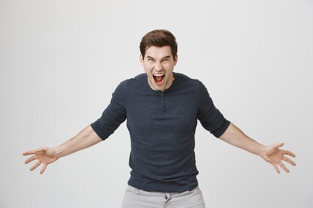 Agressieve man schreeuwen en hatelijk kijken