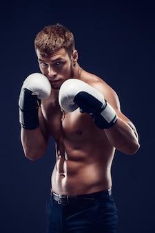 Agressieve shirtloze boxer