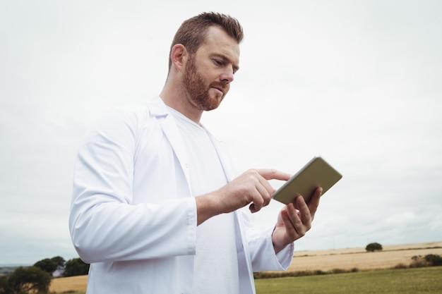 Agronoom met behulp van digitale tablet in het veld