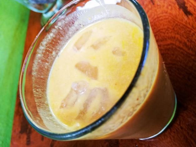 Aguaje-sap met ijs in een glas fruit of the peruviaanse jungle