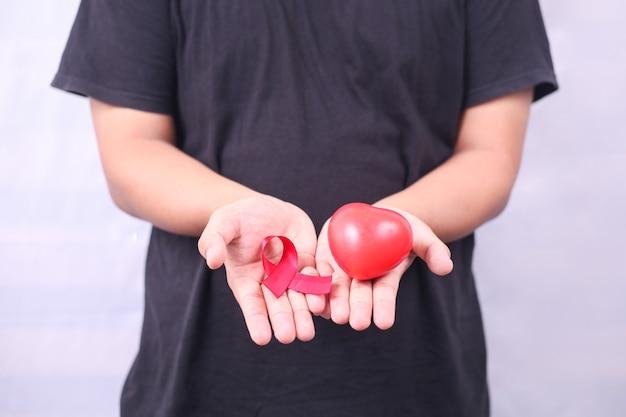 Aids-symbool met rood lint tegen hiv geïsoleerd op witte achtergrond