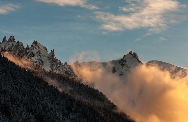 Aiguille du midi, mont blanc-massief bij zonsondergang