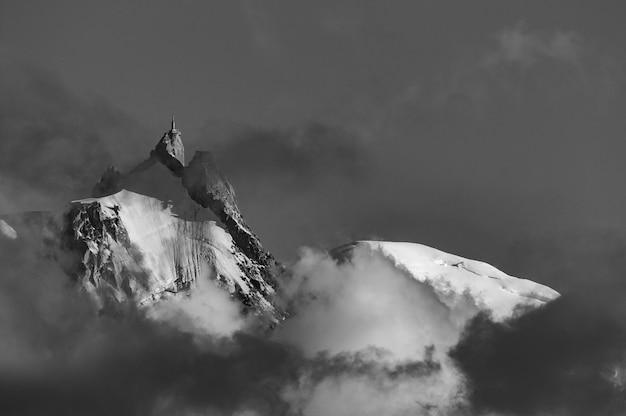 Aiguille du midi, mont blanc-massief met wolken bij zonsondergang