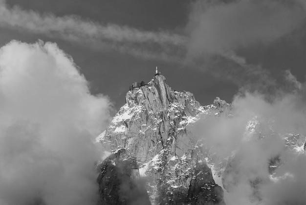 Aiguille du midi, mont blanc-massief met wolken
