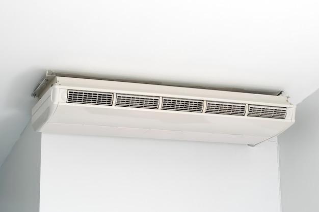 Air conditioning hing aan het plafond in de witte kamer