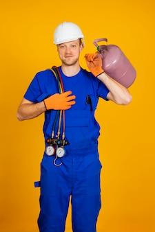 Air conditioning technicus. reparatie- en manometers voor airconditioning, uitrusting voor het vullen van airconditioners.