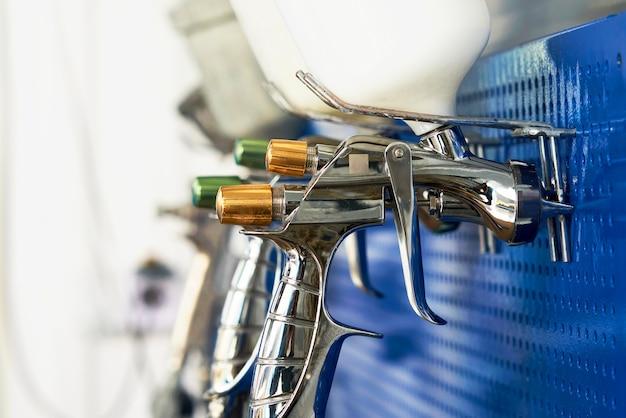Airbrush voor autolakken, spuitpistool in autoreparatiewerkplaats