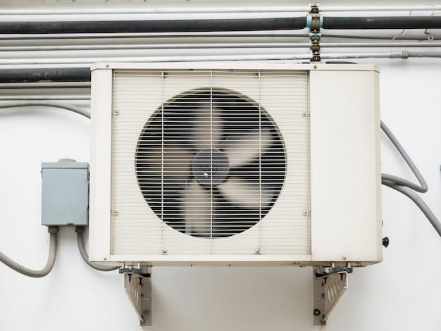 Airconditioner-compressorunit buiten geïnstalleerd in het oude gebouw