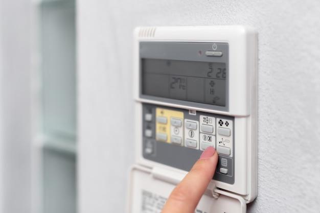 Airconditionerafstandsbediening in een hotelkamer