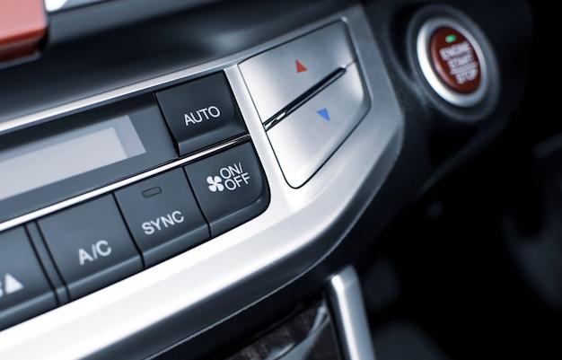 Airconditionerknop voor aan / uit-snelheid luchtstroom en automatische temperatuurknop in een luxe auto.