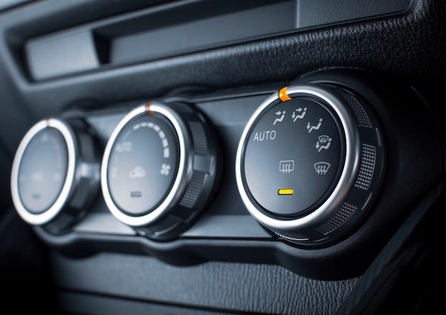 Airconditionerknop voor het aanpassen van de windrichting in een luxeauto