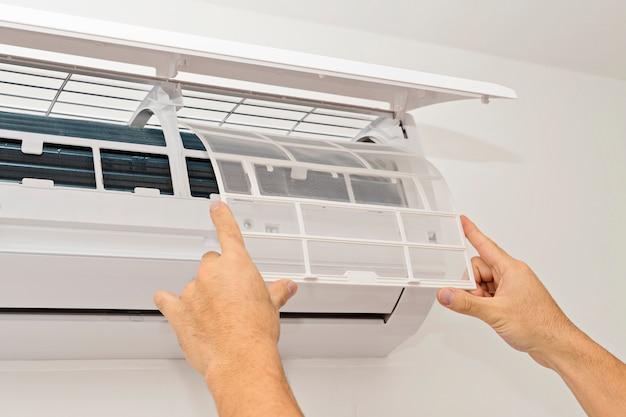 Airconditioning op een witte muur