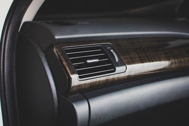 Airconditioningsventilatie voor het aanpassen van de luchtstroom in een passagiersruimte van een auto met een vierkante vorm, concept van auto-onderdelen.