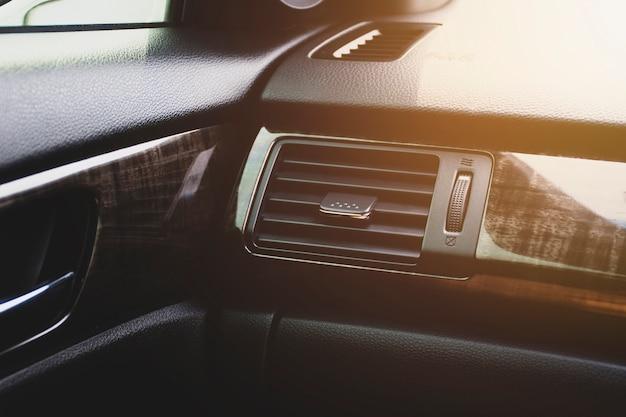Airconditioningsventilatie voor het aanpassen van de luchtstroom in een passagiersruimte van een auto met een vierkante vorm, concept voor auto-onderdelen.