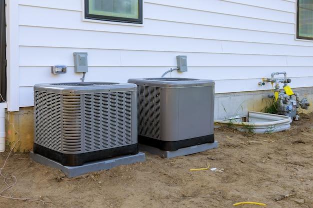 Airconditioningsysteemeenheid geïnstalleerd buitengevel van het nieuwe huis