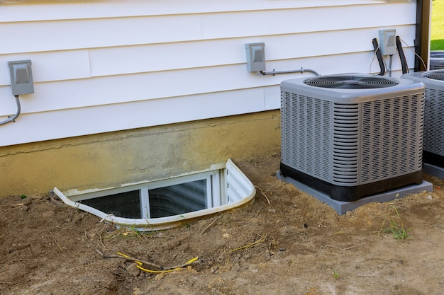 Aircosysteem gemonteerd bij het uitvoeren van preventief onderhoud aan een airconditioningcondensor