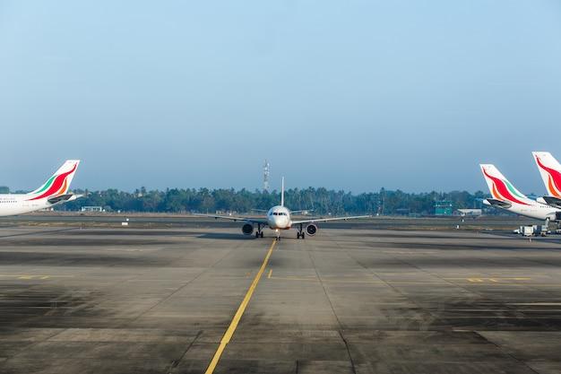 Airplaine bij luchthaven die aan vlucht voorbereidingen treft