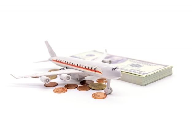 Airplan en dollar op wit wordt geïsoleerd dat