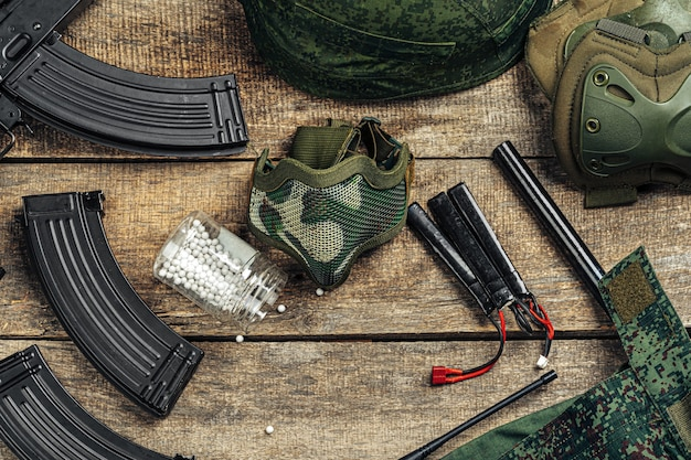 Airsoft gun magazines en airsoft ballen op houten ondergrond