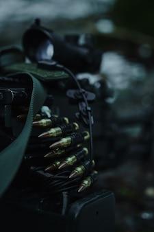 Airsoft-patronen en kogels van dichtbij in het bos