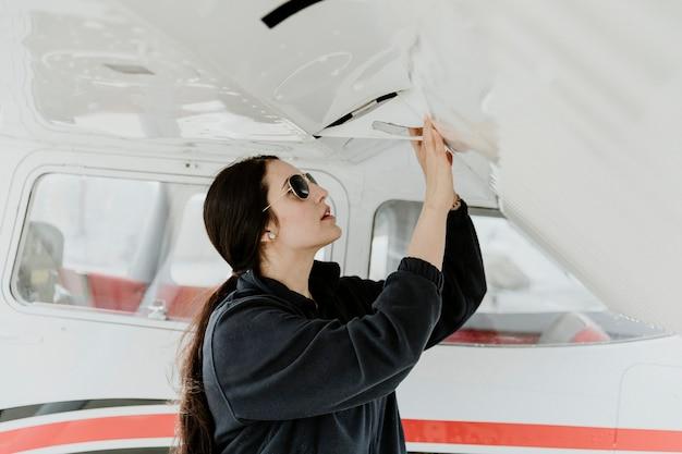 Airwoman doet een preflight-controle