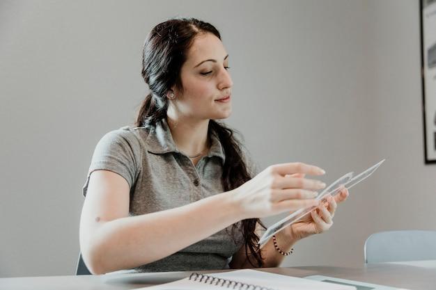 Airwoman noteert metingen op het notitieboekje