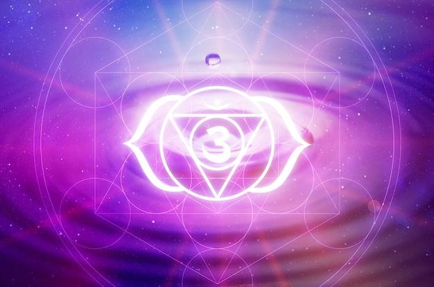Ajna chakra symbool op een paarse achtergrond. dit is het zesde chakra, ook wel het derde oog chakra genoemd