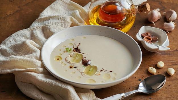 Ajo blanco, spaanse typische koude soep, gemaakt van amandelen en knoflook met olijfolie en brood.