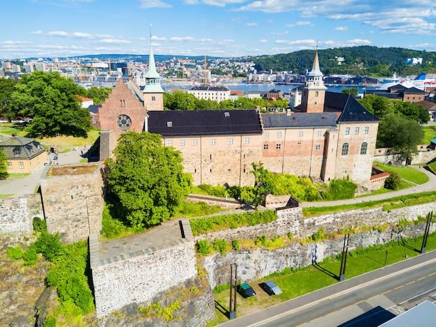 Akershus festning is een middeleeuws fort dat werd gebouwd om oslo te beschermen.