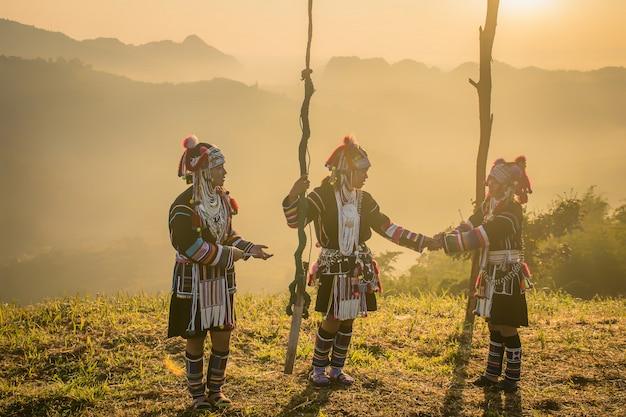 Akhaheuvel die zich op de berg in de ochtend bevinden, chiang rai thailand.