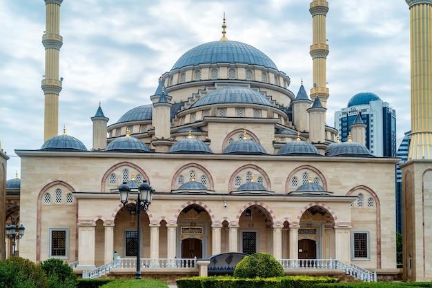 Akhmad kadyrov-moskee op bewolkte dag in grozny, tsjetsjenië, rusland