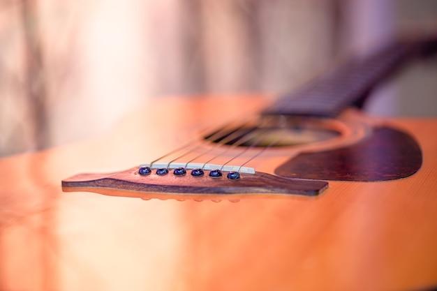Akoestische gitaar. het concept van snaarinstrumenten.