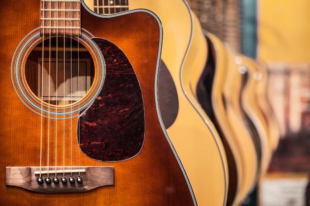 Akoestische gitaar. muzikale instrumenten winkel.