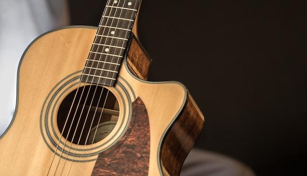 Akoestische gitaarclose-up met exemplaarruimte