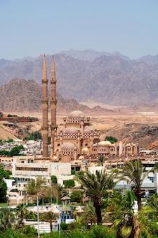 Al-sahaba-moskee tegen de achtergrond van de bergen van het sinaï-schiereiland in sharm el sheikh