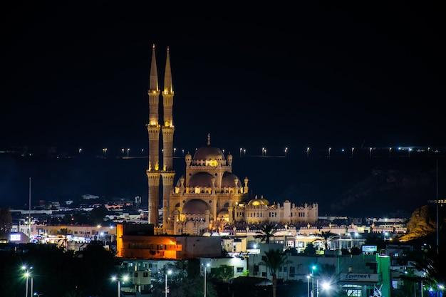 Al-sahaba-moskee tegen de achtergrond van de nachtelijke hemel in sharm el sheikh
