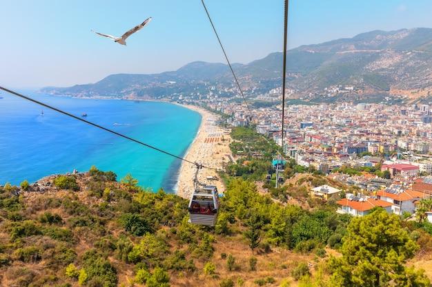 Alanya kabelbaan, uitzicht op het kleopatra strand, turkije.